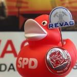 130424_Roter Rucksack Büro-Ente mit Revag Schild