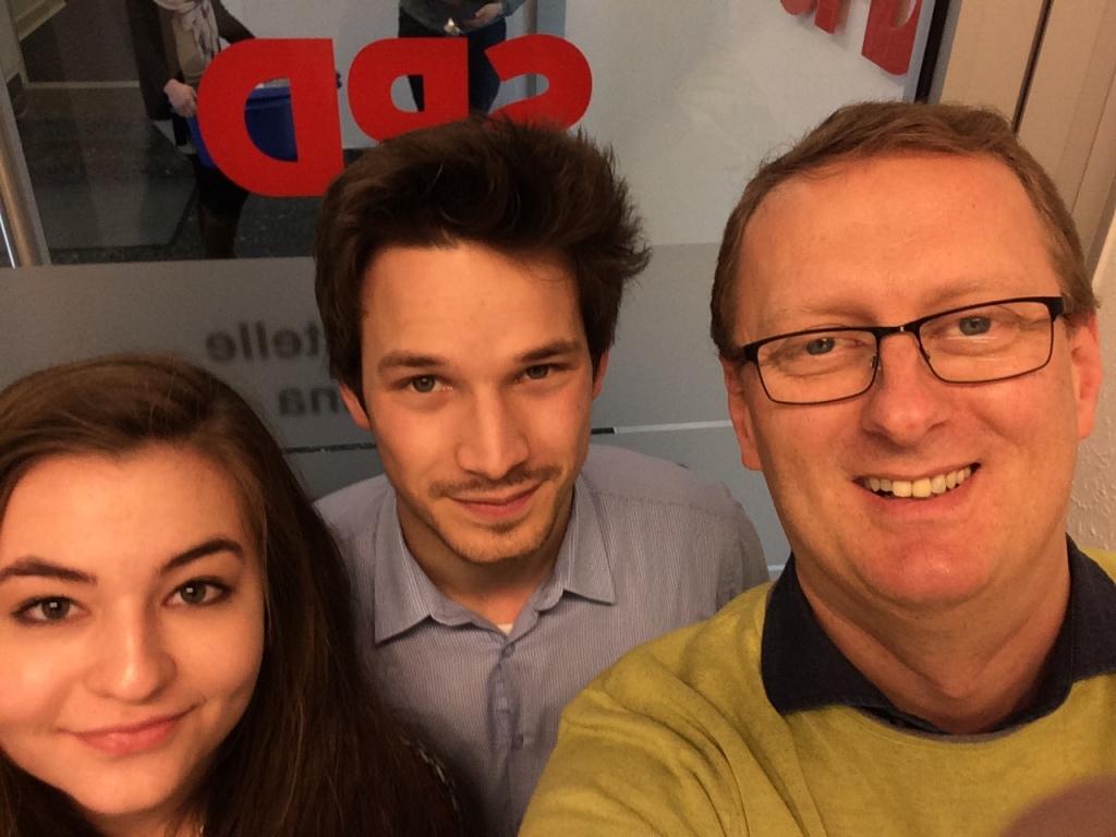 Oliver Kaczmarek mit den Praktikanten Sophia Engel, Schülerin des Ernst-Barlach-Gymnasiums in Unna, und Marius Pospischil, Politik- und Wirtschaftsstudent.
