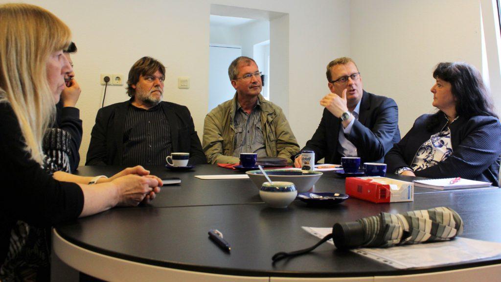 Oliver Kaczmarek im Gespräch mit Ehrenamtlern und Vertretern der Stadtverwaltung.