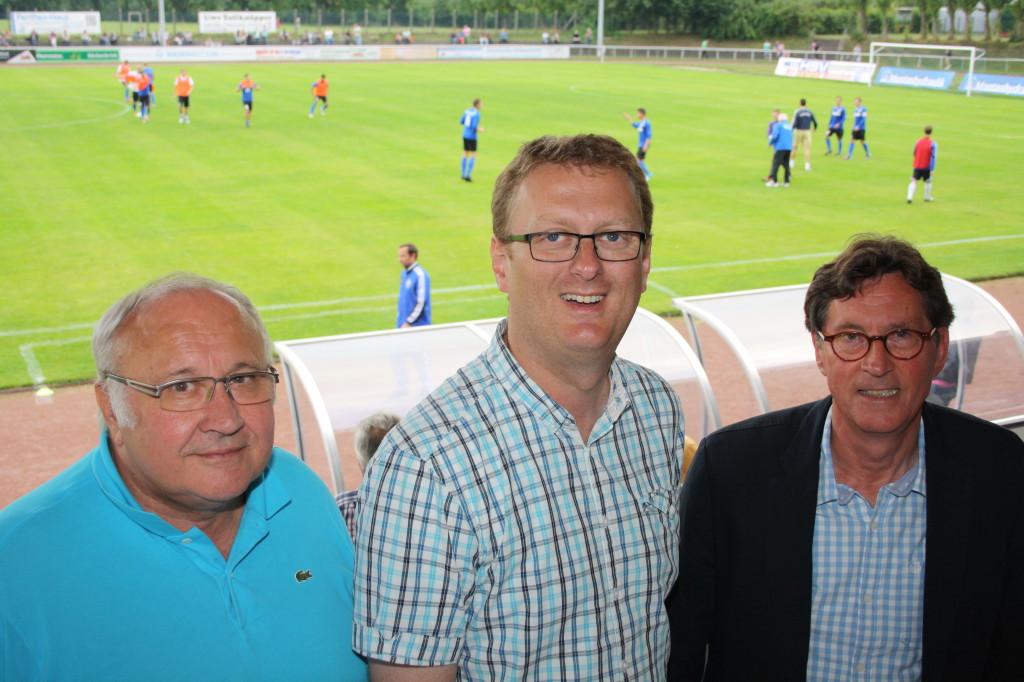 Jenz Rother (Bürgermeister Holzwickede), Oliver Kaczmarek (Bundestagsabgeordneter) und Rolf Unnerstall (1. Vorsitzender HSV) beim 2. Spieltag im Montanhydraulik Stadion.