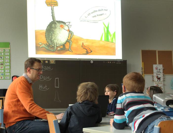 Oliver liest der Klasse 1a der Friedrich-Ebert-Schule in Kamen vor