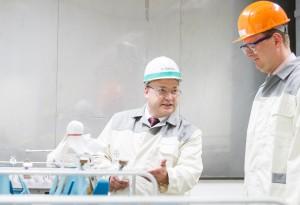 Der Bundestagsabgeordnete Oliver Kaczmarked besucht den Standort Bergkamen und wie dort von Dr Klatt (Werksleiter) und Dr Berendes (Betriebsleiter der Mikrobiologie) durch das Labor und die neue Warte geführt.