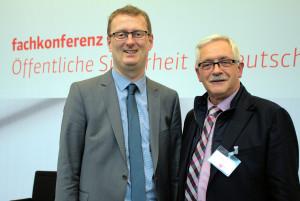 Oliver Kaczmarek mit dem Kreisbrandmeister Ulrich Peukmann, der am 27. April an der Sicherheitskonferenz der SPD-Bundestagsfraktion teilnahm.