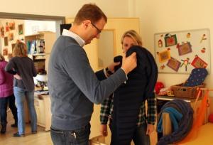 Praxistag Lebenszentrum Königsborn am 22.10.14, mit Gewichtsdecke, die ein erhöhtes Körperbewusstsein schaffen soll